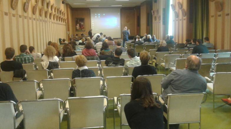 Az előadások közötti rövid szünetekben lehetőség nyílt kérdezni az előadóktól. A rendezvényen körülbelül 60 fő vett részt.